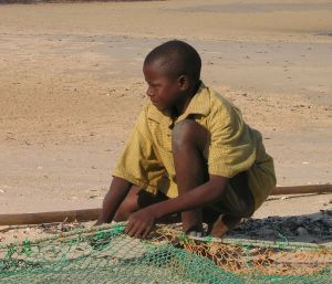 bambino-pescatore-mozambico