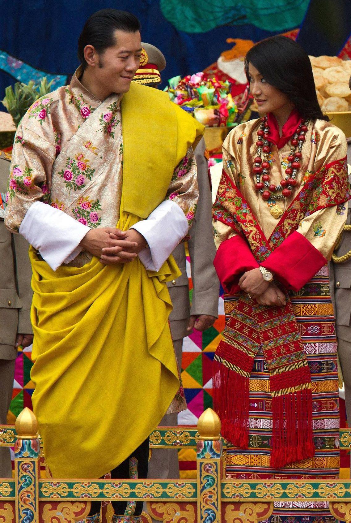 Matrimonio In Nepal : Bhutan lo scapolone d oro si sposa crespi enrico from