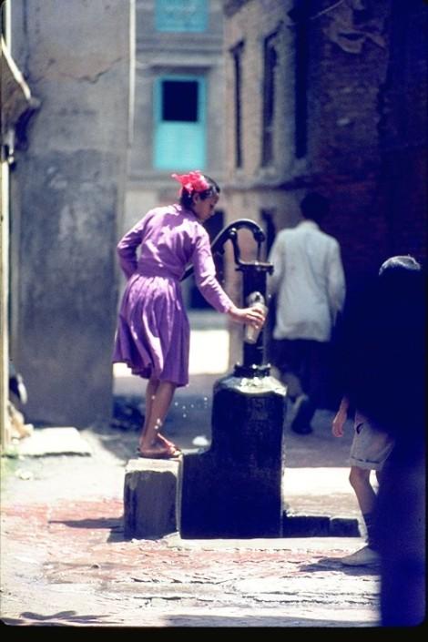 bambina al pozzo, nepal