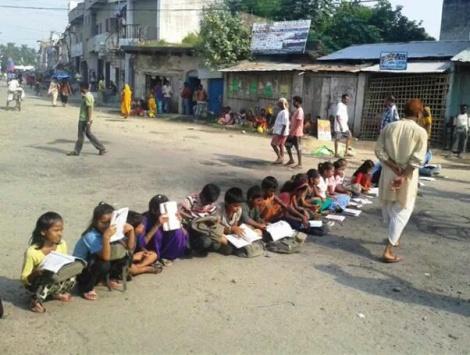 Terai, scuola per strada contro gli scioperi